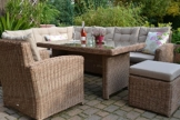 Naturfarbene Ecklounge als Gartenlounge mit Tisch, Stuhl und Hocker